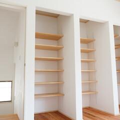 白/棚 大容量の棚は、ご主人のLPコレクション専…
