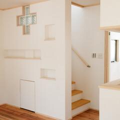 白/珪藻土/ニッチ 階段まわりの壁は、奥様の設計で、ニッチを…