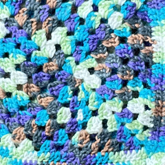 巾着/いろんな色/グラデーション毛糸/かぎ針編み/モチーフ編み/ハンドメイド モチーフ編みで巾着作ってみました。 柄の…(3枚目)