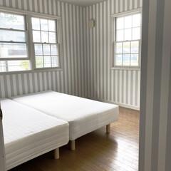 寝室インテリア/壁紙/改装/DIY 寝室の壁紙を張り替えました シロからのシ…