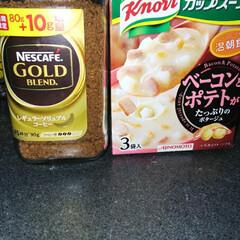 我が家のテーブル 朝寒くなったので、ホットコーヒーとスープ…