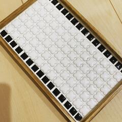 カフェトレイ/タイルトレイ/DIY/タイル/最近買った100均グッズ ダイソーで買った木製のトレイにタイルを敷…