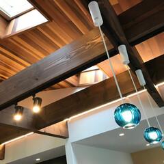 ♯我が家の照明/我が家の照明/エルハウス/工務店/長野県/茅野市/... 茶色の天井にブルーガラス製の照明器具が生…