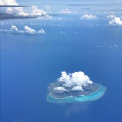 おでかけワンショット/海/夏空/島/雲/沖縄 沖縄から帰る飛行機の中で、島の上にかかる…