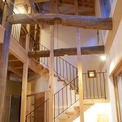 吹抜/古材再利用/土壁/大黒柱/蓄熱 みらいのいえ 古材を梁と大黒柱として再利…