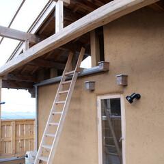 草屋根/土壁の家 みらいのいえ テラスと草屋根へのハシゴ