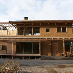 草屋根/版築/土壁 みらいのいえ 草屋根と版築壁のある家