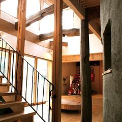 土壁/薪ストーブ/スノコ みらいのいえ 階段からリビングを見る  …(1枚目)