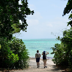 沖縄県/竹富島/おでかけワンショット 林をぬけると目の前にマリンブルーの海が広…