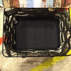 おむつ入れ 網かごの底にも、だいたいのサイズに布地を…
