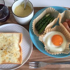 朝食/定番/チーズトースト/黒コショウ/スープ/美味しい 今日の朝食。 チーズトーストには 黒コシ…