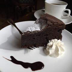 わたしのごはん。/休日のランチ/カフェでゆっくり/チョコレートケーキ/コーヒー/わたしのごはん しあわせご飯の〆は、デザートで。 こって…