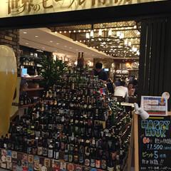 おでかけワンショット/世界のビール博物館/瓶が山積み ビール博物館。 お店の入口に積みあがって…