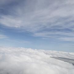おでかけワンショット/雲/空/飛行機の旅/雪原/風景/... 雲の上にも雲。 雲の下にも雲。 雪原のよ…