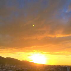 令和元年/夕日/風景/景色/令和元年フォト投稿キャンペーン 今日の夕日。 雲の切れ目から覗く陽の光が…