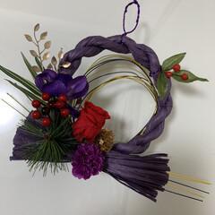 プリザーブドフラワー/赤薔薇/紫色/お正月飾り/しめ縄リース/お正月2020/... しめ縄リース。 紫色のしめ縄に赤薔薇のプ…