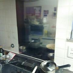 台所/キッチン雑貨 台所  ガスコンロの前にアルミの薄い板を…