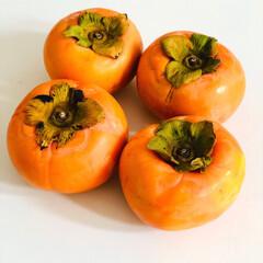 ありがとう/頂き物/おすそ分け/果物/フルーツ/柿/... 朝、ご近所さんから柿をもらったよ😋🎶🎶 …