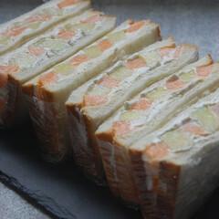 おうち時間/生クリーム/メロン/フルーツサンドイッチ/朝ごパン/朝ごはん/... フルーツサンドイッチ作りました。 2種類…