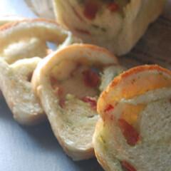朝ごパン/バジルソース/手作りドライトマト/ドライトマト/トマトバジルパン/手作りパン/... またバジルトマトパンを作りました。 プチ…