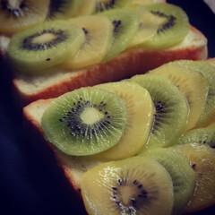 キウイフルーツの日/フルーツトースト/キウイフルーツのせ/キウイフルーツ/昼ごはん/おうち時間/... 9月1日はキウイフルーツの日です。 食パ…