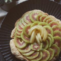 余ったパイ生地/カスタードクリーム/レッドキウイ/ゴールドキウイ/キウイフルーツタルト/お菓子作り/... キウイフルーツタルトを作りました。 余っ…
