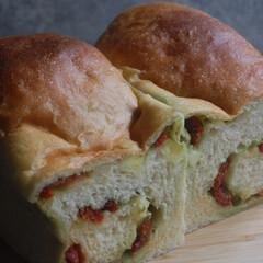 あさごぱん/朝ごはん/チーズ/バジルソース/ドライトマト/トマトバジル食パン/... トマトバジルの食パンを作りました。 手作…(1枚目)