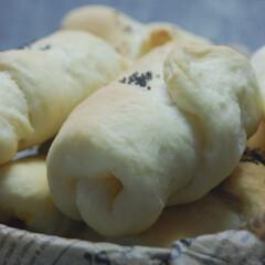 朝ごぱん/朝ごはん/ブラックソルト/ウインナーパン/ロールパン/手作りパン/... ウインナーを巻いてロールパンを焼きました…