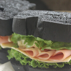 あさごぱん/朝ごはん/黒いサンドイッチ/黒いパン/ホームベーカリー/手作りパン/... 黒いパンでサンドイッチを作りました。 お…(1枚目)