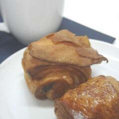 パン屋さんで購入/コーヒー/クロワッサン/あさごぱん/朝ごはん/おうち時間/... 産直市で購入したチョコクロワッサンとコー…