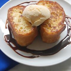 おやつの時間/バニラアイスのせ/チョコソース/フレンチトースト/おうちカフェ/おうち時間/... フレンチトースト作りました。 生クリーム…