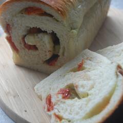 朝ごはん/トマトとバジルのパン/チーズ/バジルソース/ドライトマト/ホームベーカリー/... トマトとバジルのパンを作りました。 ミニ…