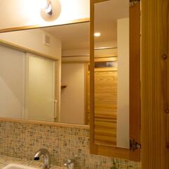 洗面台/鏡/洗面鏡/メイク用/ひげ剃り用 洗面台の向こうにある鏡は、ちょっと遠く感…