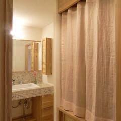 収納/カーテン/突っ張りポール/麻/麻カーテン 普段よく使う収納に扉があると「しまってい…