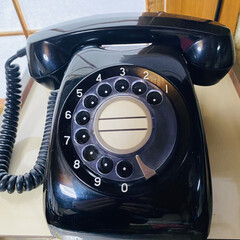 スマホ/家電/昭和感/黒電話 こんばんは☔ 我が家の電話未だに黒電話で…(1枚目)