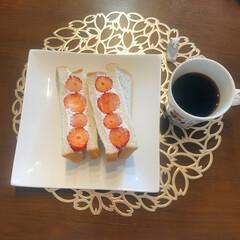 苺サンド/いちごサンド/おうち時間/おうちカフェ 美味しい苺を頂いたので苺サンドをつくって…