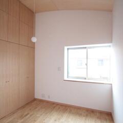 寝室/壁面収納/高い天井/高天井 西荻の家-主寝室 (高天井の主寝室です。…