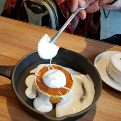 休日のひと時/至福のひととき/スイーツ好き/北海道メルトテーブル/ミルクキャップパンケーキ/バニラクリーム/... 真っ白パンケーキ🥞 上のを取ったあとは……(1枚目)