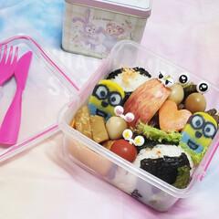 ミニオンかまぼこ/ピック/雑貨/笑顔/ランチタイム/お昼ごはん/... 今日の娘お弁当🍱🍴  ⸜❤︎⸝おにぎり…(1枚目)