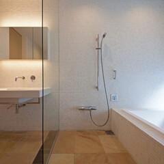 ホテルライク/浴室・風呂/浴室/洗面所/大理石/大理石モザイク/... 洗面所と一体のバスルームにして広がりをつ…