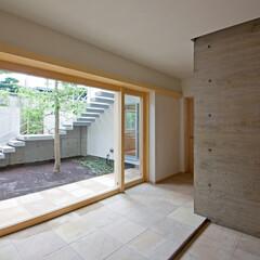 玄関/エントランス/中庭/シンボルツリー 玄関の扉を開けると正面に中庭が見える明る…