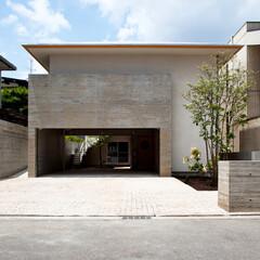 寄せ棟屋根/軒/深い軒/杉板コンクリート/コンクリート打ち放し/ガレージ/... 日本古来のどっしりと安定感のある建物にす…