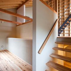 スキップフロア/書斎/コミュニケーション/段差/楽しい空間/家族の気配 書斎から半階上のリビングを見ています。半…