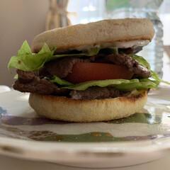 我が家のテーブル 減量中にも食える最強のバーガー🍔 低カロ…(1枚目)