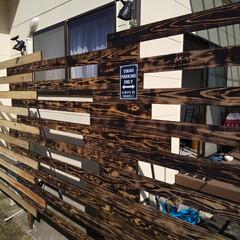 野地板DIY/キャンドゥ/ダイソー/DIY 外壁沿いに目隠しのウッドフェンスを製作中…(1枚目)