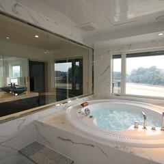 浴室・風呂/オーダーメイドバスルーム/ジェットバス/ジャクソン/フリーバス企画/オーダーメイドユニットバス/... 憧れの円形ジャグジーと大きな窓が特徴のバ…
