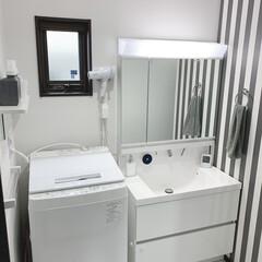 洗面所インテリア/ストライプの壁/モノトーンインテリア/ドライヤーホルダー/ドライヤー収納/DIY/... お気に入りの洗面所兼脱衣所。 モノトーン…