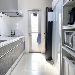 冷凍冷蔵庫(R-KX57K-X) | 日立(冷蔵庫)を使ったクチコミ「お気に入りキッチン🍳 勝手口から光が入っ…」