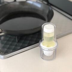 CR84507 フォルマ ワンプッシュ油引き 2324 ホワイト(その他調理用具)を使ったクチコミ「オススメキッチンアイテム。  シリコン油…」