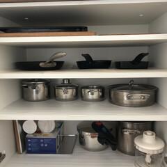 家事アイデア/鍋収納/鍋の居場所/鍋の定位置/鍋好き/鍋は〇〇に収納/... 鍋とフライパンはコンロの背面の棚に収納し…